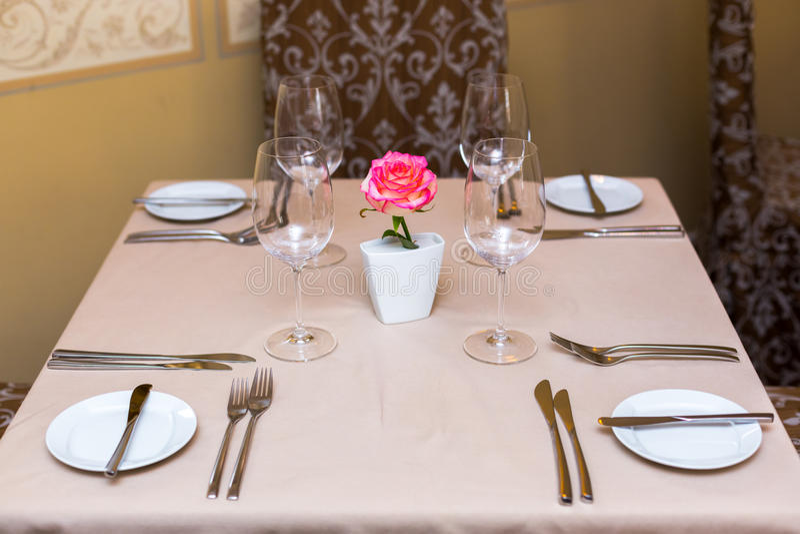 Menchii róża w wazie jako stołowa dekoracja Zgłasza położenie zdjęcie royalty free
