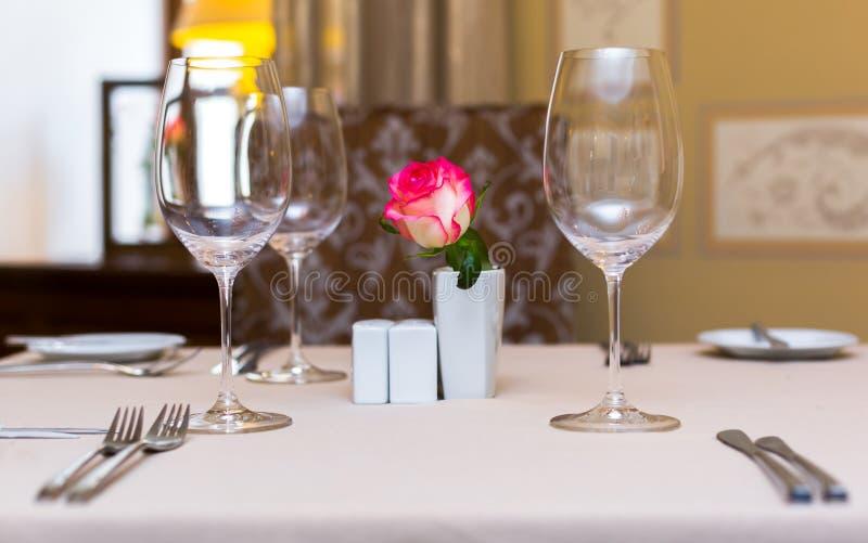 Menchii róża w wazie jako stołowa dekoracja Zgłasza położenie zdjęcia stock