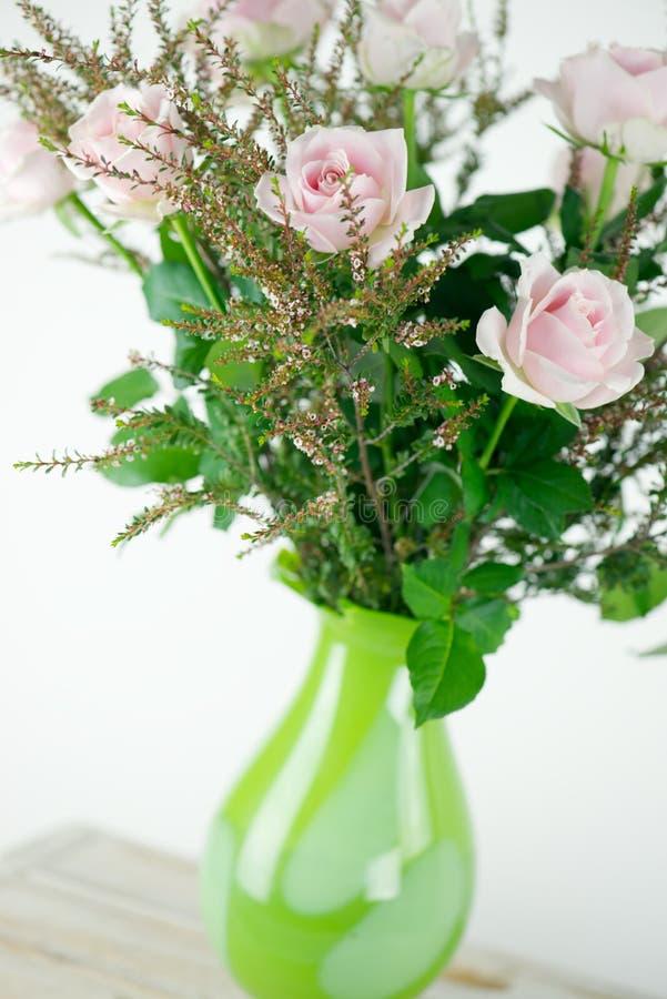 Menchii róży wiązka w wazie obraz royalty free