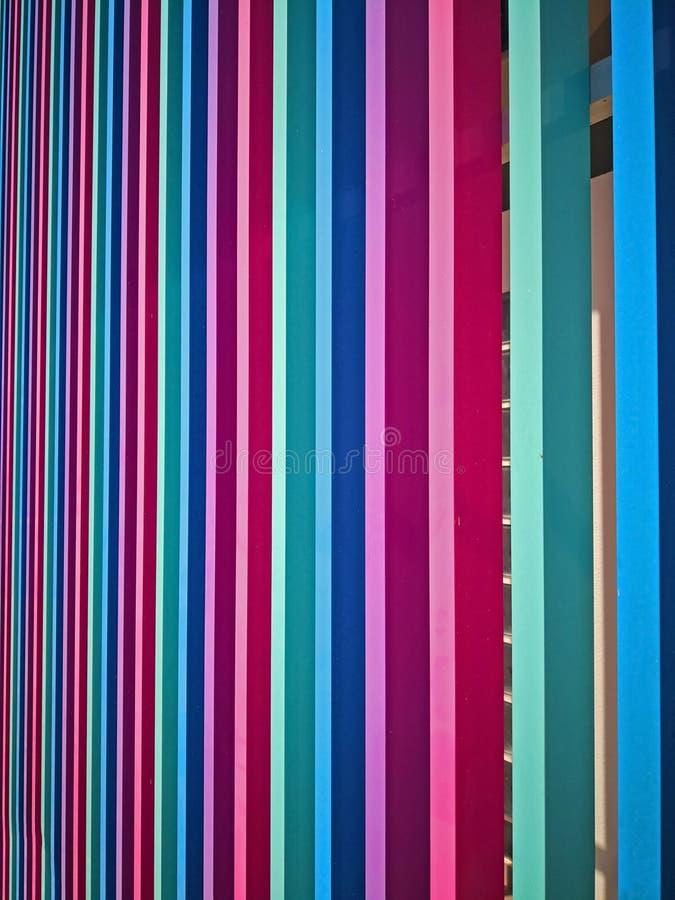 Menchii, zieleni, błękitnych i magenta drewniani dekoracyjni elementy na budynek fasadzie, zdjęcie royalty free