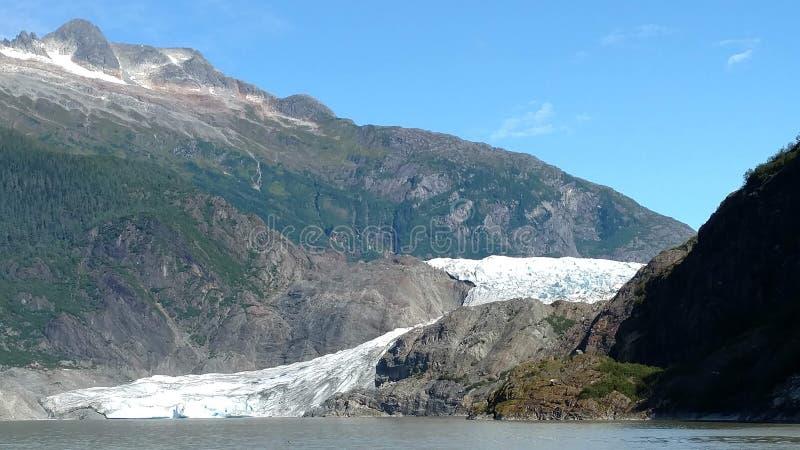 Mendenhall glaciär i Juneau Alaska Stor glaciär som glider in i en sjö med en vattenfall bredvid den Mycket populärt turist- stop royaltyfri foto