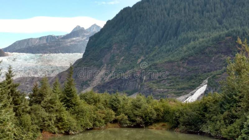 Mendenhall lodowiec w Juneau Alaska Wielki lodowiec ono ślizga się w jezioro z siklawą obok go Bardzo popularna turystyczna przer obrazy stock