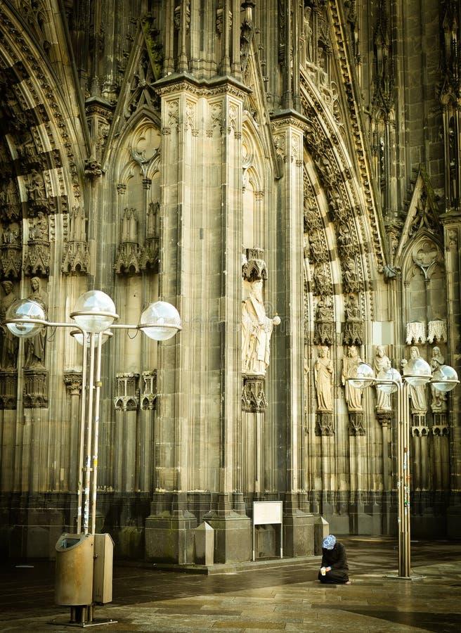 Mendiant à Cologne à la cathédrale images stock
