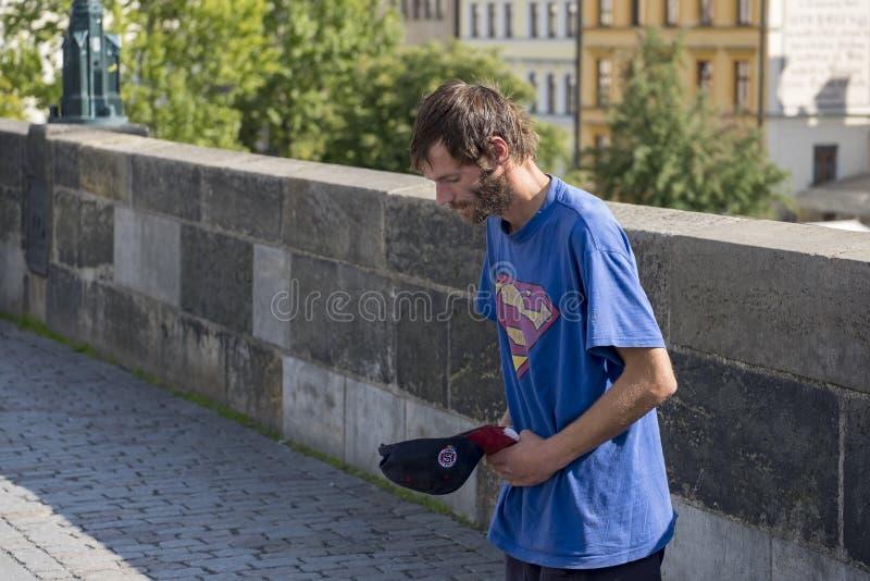 Mendiant à Prague image libre de droits