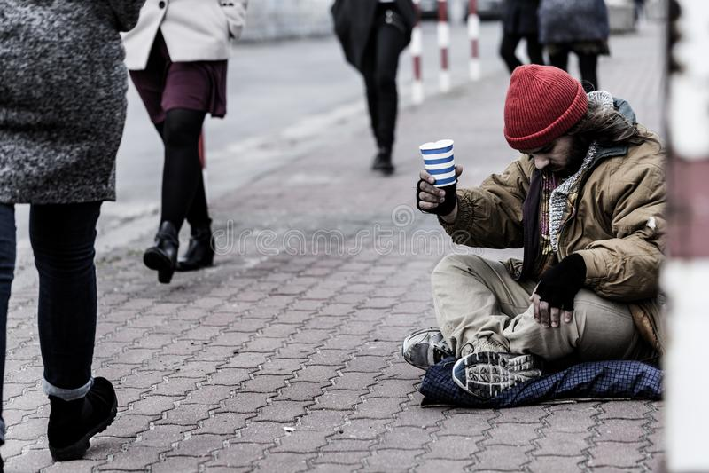 Mendiant désespéré sur le trottoir image libre de droits
