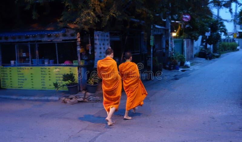 Mendicant monniken in de vroege ochtend stock afbeelding
