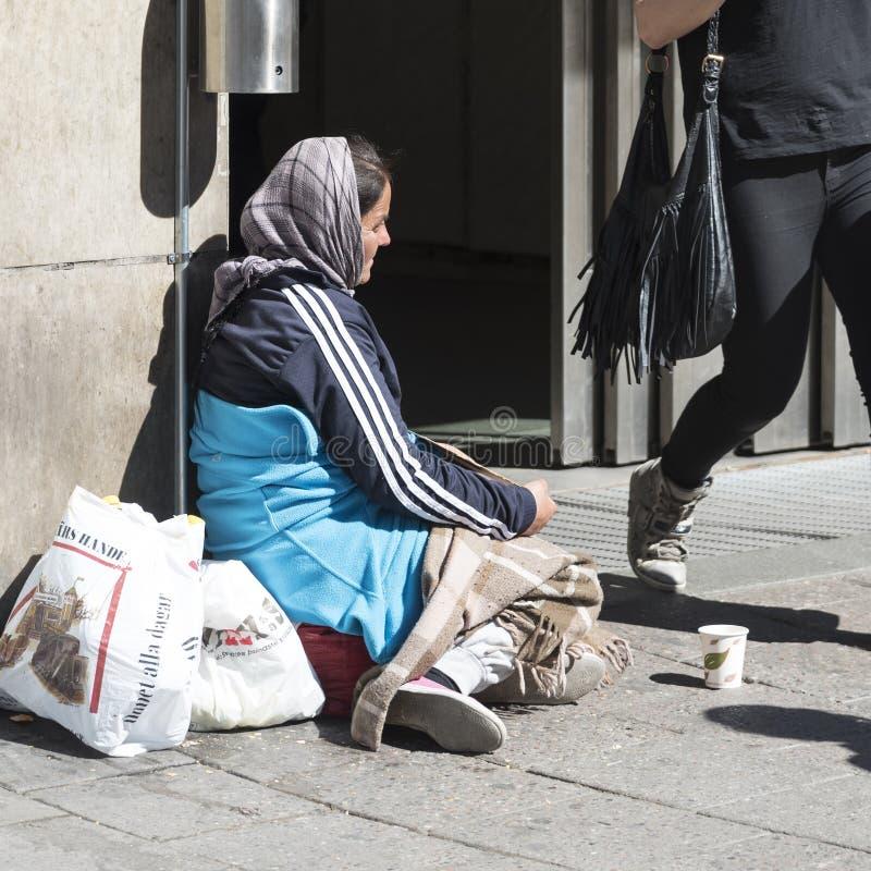 Mendicante Stockholm della donna fotografia stock