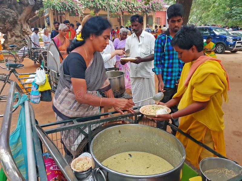 Mendicanti e Sadhus che ottengono alimento nell'ashram di Ramana in Tiruvanamalai in India fotografie stock libere da diritti