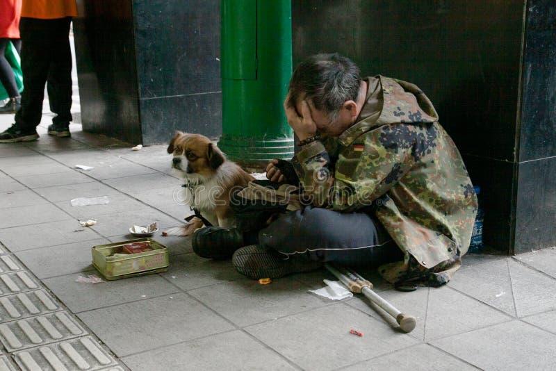 Mendigo con su perro foto de archivo libre de regalías