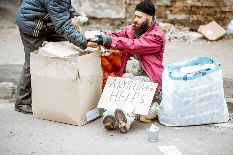 Mendigo deprimido sin hogar en la calle fotografía de archivo libre de regalías