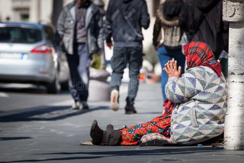 Mendigo desabrigado Mulher que pede a esmola rua Fórum romano do Th fotos de stock