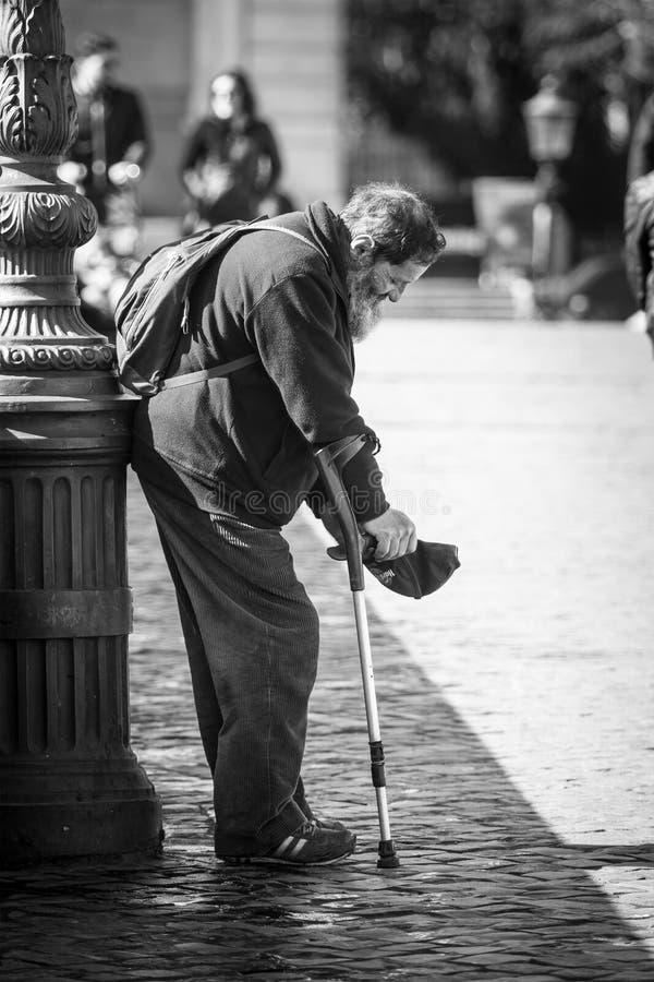 Mendigo en la calle Pobreza y caridad fotografía de archivo