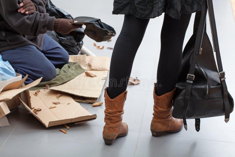 Mendigo en una calle apretada imagen de archivo libre de regalías