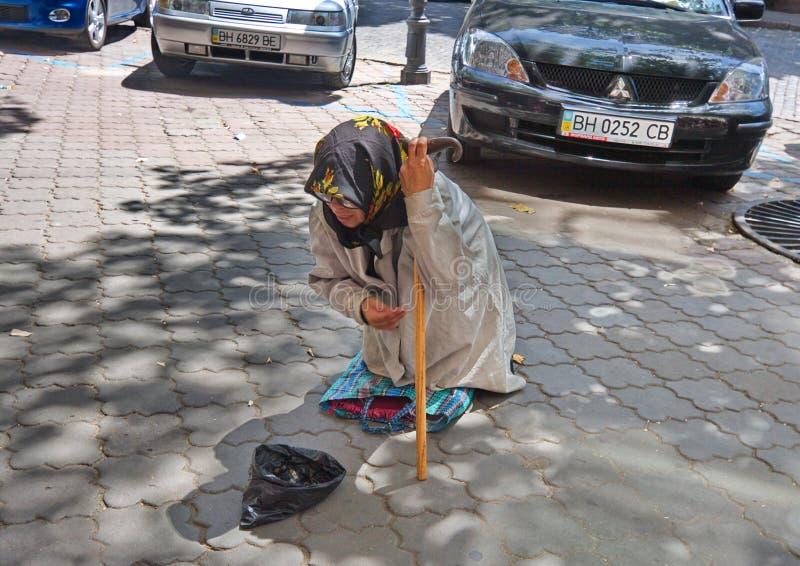 Mendigo femenino envejecido en la calle de Odessa ucrania foto de archivo