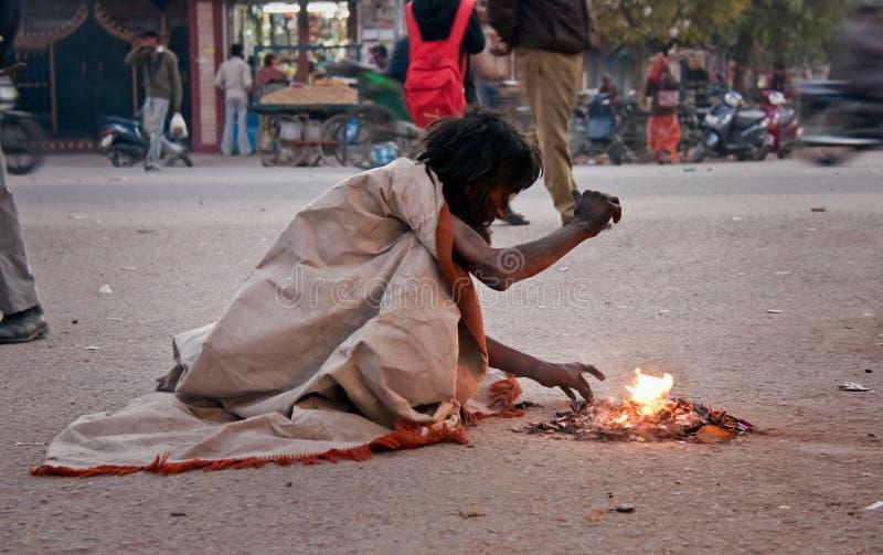 Mendigo indio en la calle en invierno imagen de archivo libre de regalías