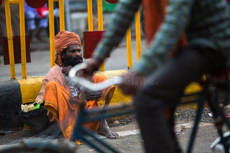Mendigo indio que se sienta en la calle fotografía de archivo