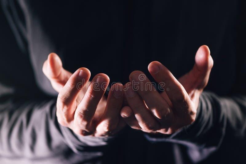 Mendigo masculino pobre que pede o dinheiro e a ajuda da caridade fotos de stock royalty free