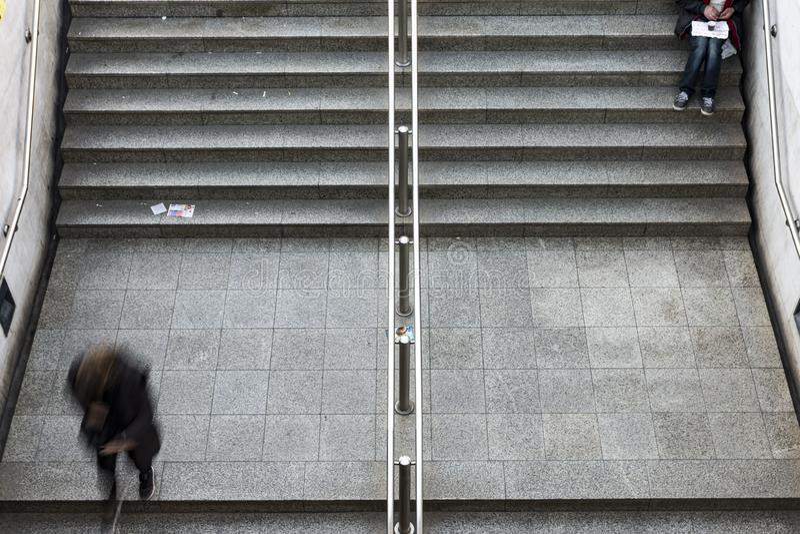 mendigo que situa em escadas na estação de metro fotografia de stock royalty free