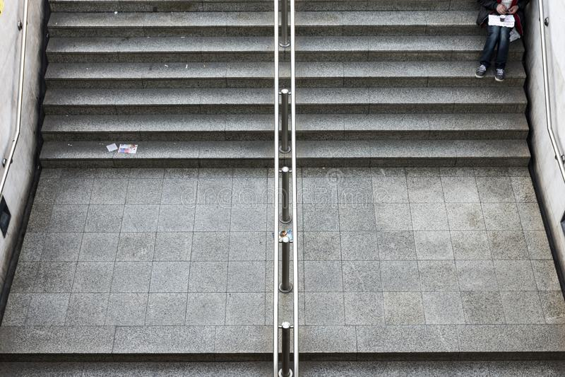 mendigo que situa em escadas na estação de metro fotografia de stock
