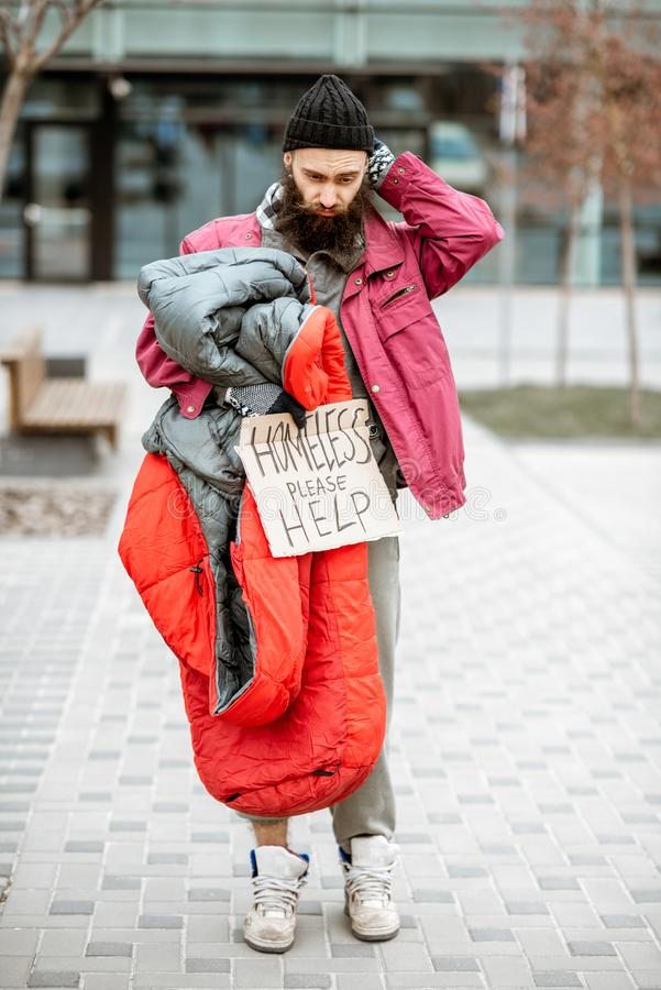 Mendigo sin hogar cerca del centro de negocios foto de archivo libre de regalías