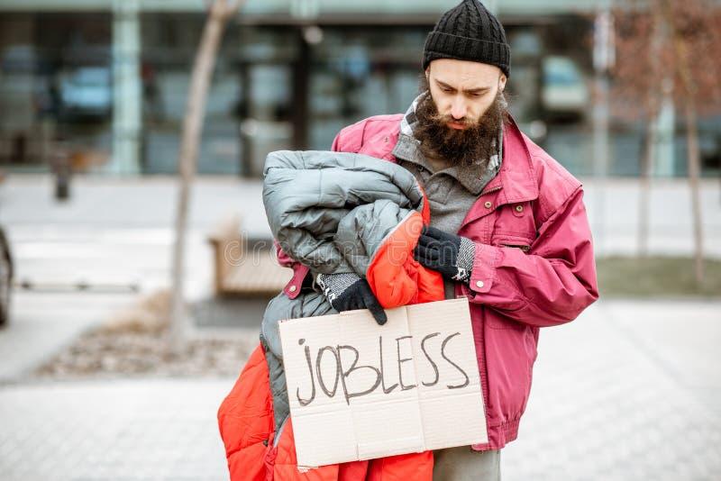 Mendigo sin hogar cerca del centro de negocios fotos de archivo libres de regalías