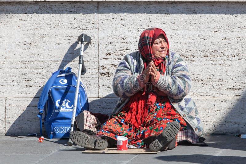 Mendigo sin hogar Mujer que pide limosnas calle Foro romano del Th imágenes de archivo libres de regalías