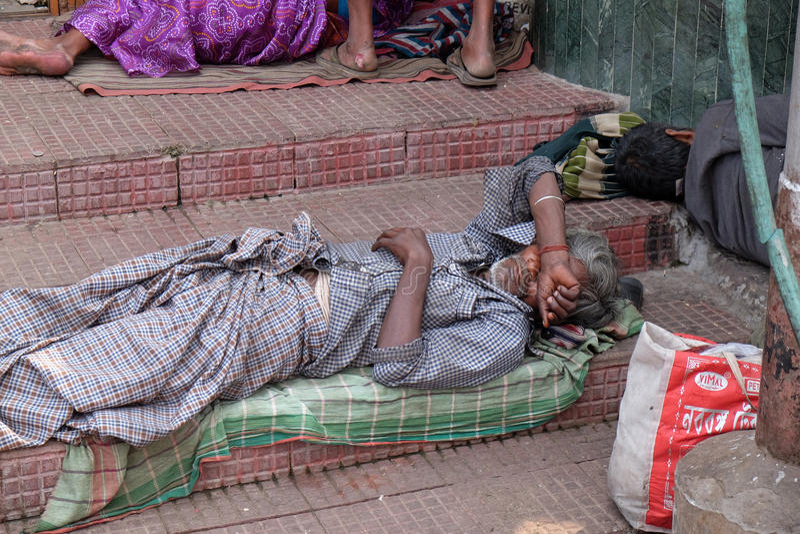 Mendigos na frente de Nirmal Hriday, casa para o doente e Destitutes de morte em Kolkata foto de stock royalty free