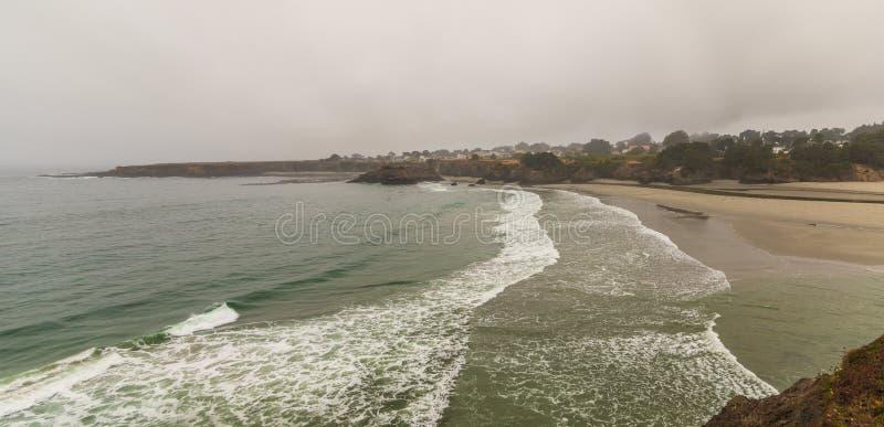Mendocino加利福尼亚镇有雾、海滩和波浪的从远方 免版税库存图片
