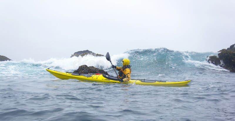 MENDOCINO, KALIFORNIA, usa - CZERWA 8. Kayaker paddle otwarty wybrzeże o zdjęcia stock