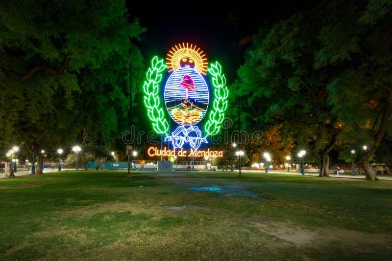 Mendoza znak przy placem Independencia przy nocą, Argentyna - Mendoza Argentyna, Mendoza, - obraz stock