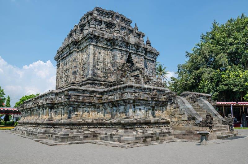 Mendut è un tempio buddista situato vicino al tempio di Borobudur in Cen fotografie stock