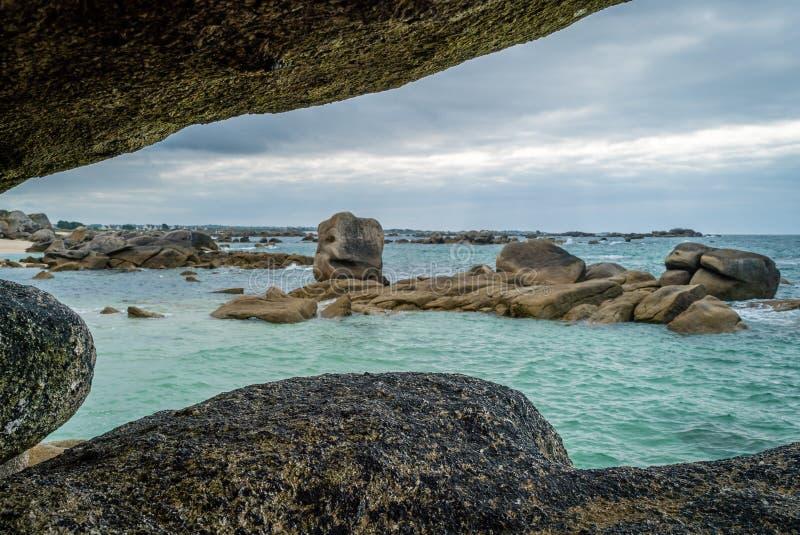 Meneham stenig granitkust i Bretagne i Frankrike arkivbilder