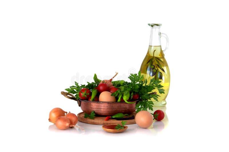 Menemen Ингридиенты для варить традиционные турецкие яичницы с томатами В сковороде, оливковое масло, цыпленок eggs, зрелый томат стоковые фото