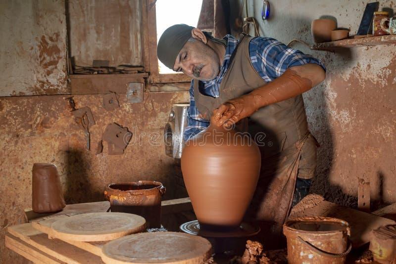 Menemen/Izmir/die Türkei am 20. Oktober 2018 Menemen, Izmir-Tonwarenmeister, die in der traditionellen Tonwarenwerkstatt arbeiten lizenzfreie stockbilder
