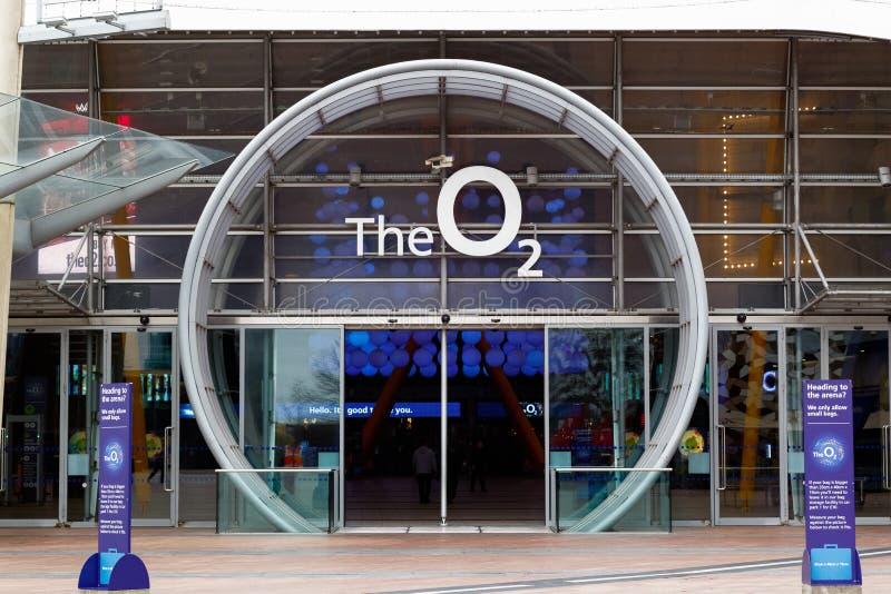 Mener carré de péninsule à l'entrée de l'arène O2 à Londres image stock