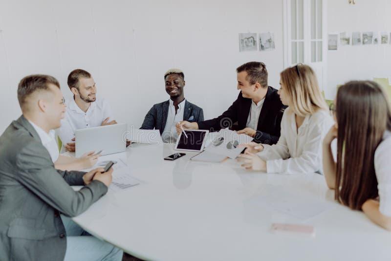 Meneur d'équipe africain d'homme sur rencontrer la discussion parlant dans la salle de conférence de bureau photo stock