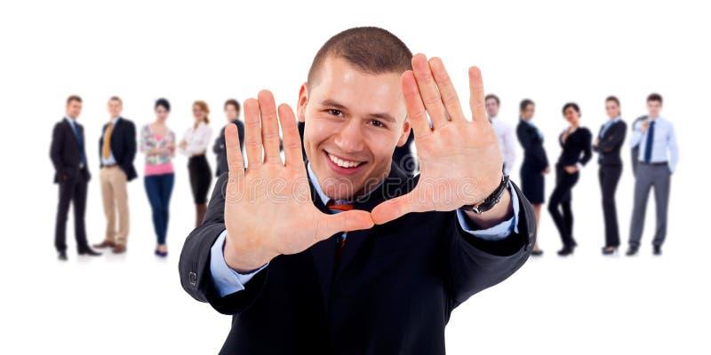 Meneur d'équipe d'affaires effectuant le geste de trame de main photo stock