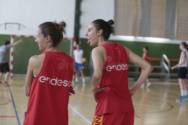 Meneurs d'équipe nationaux de femmes de basket-ball de l'Espagne faisant des gestes à la formation images stock