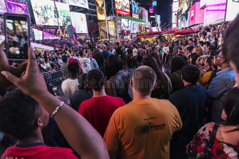 Menge auf Times Square nachts in New York City, USA lizenzfreie stockbilder