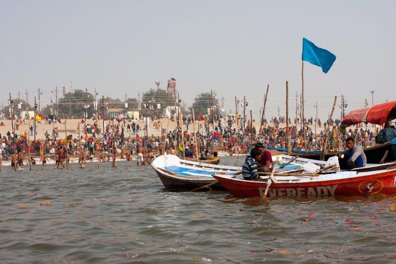 Menge der Pilger beim Ganges lizenzfreies stockbild