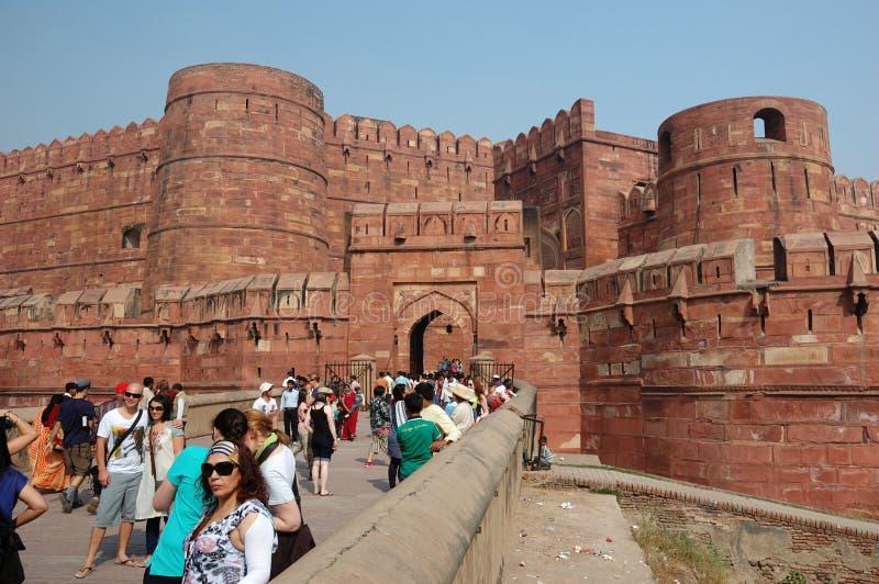 Menge der Touristen betreten das berühmte Agra-Fort, Indien stockbild
