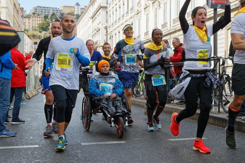 Menge des Marathons in den Straßen von Lyon lizenzfreies stockbild