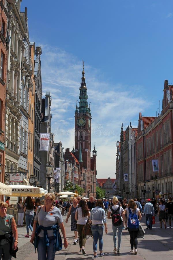 Menge des Touristen auf Dluga-Straße in Gdansk, Polen stockfotografie
