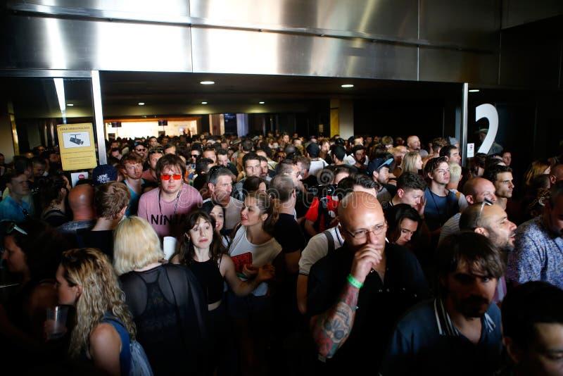 Menge, die Konzertbereich am Sonar Barcelona lässt lizenzfreie stockfotografie