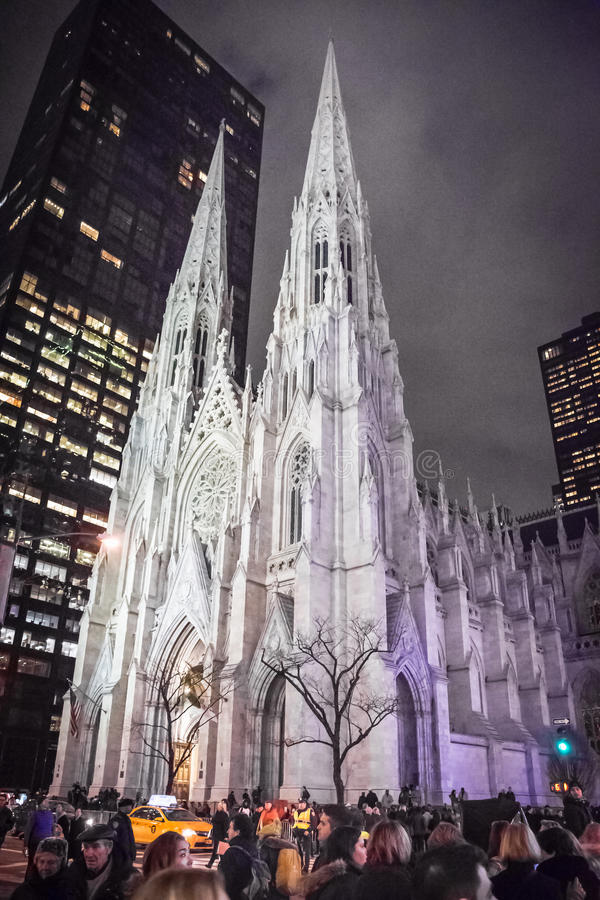Menge durch St- Patrick` s Kathedrale stockfotos