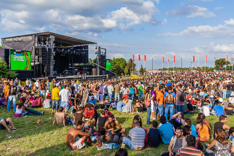 Menge an einem Konzert im Festa tun Avante-Festival, das wichtigste Politisch-kulturelle Ereignis in Portugal lizenzfreie stockbilder