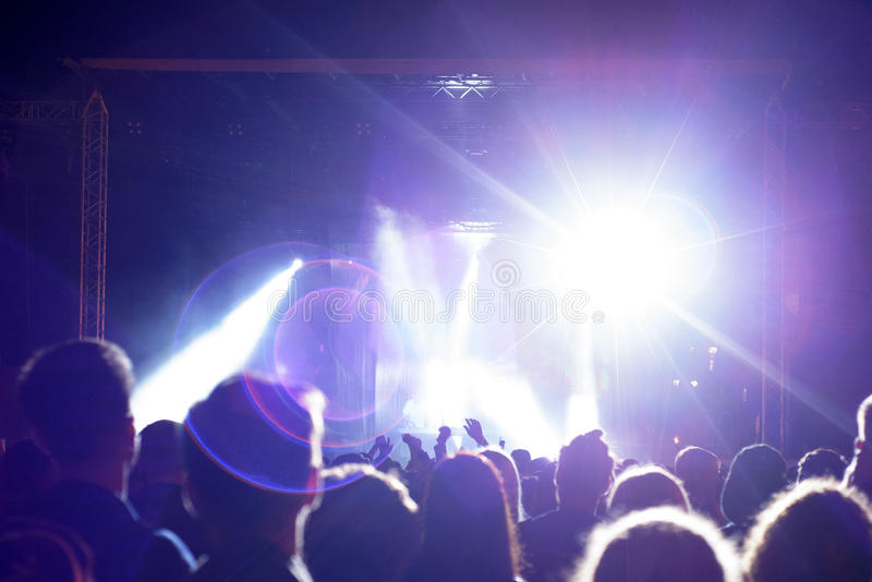 Menge im Konzert nahe Stadium lizenzfreie stockfotos