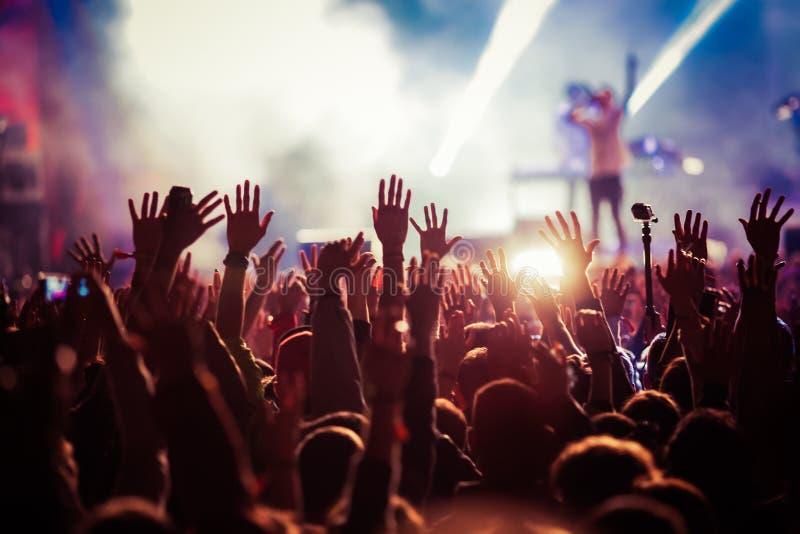 Menge am Konzert - Sommermusikfestival lizenzfreie stockfotos