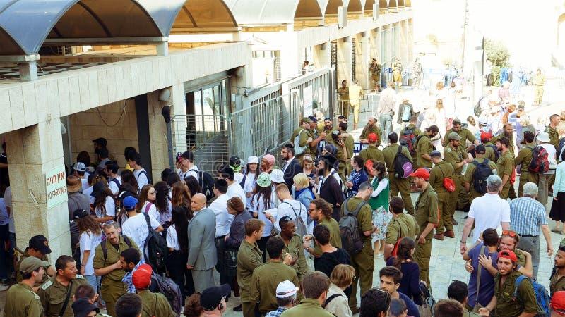 Menge mit den Soldaten, die zur Westwand hereinkommen stockbild