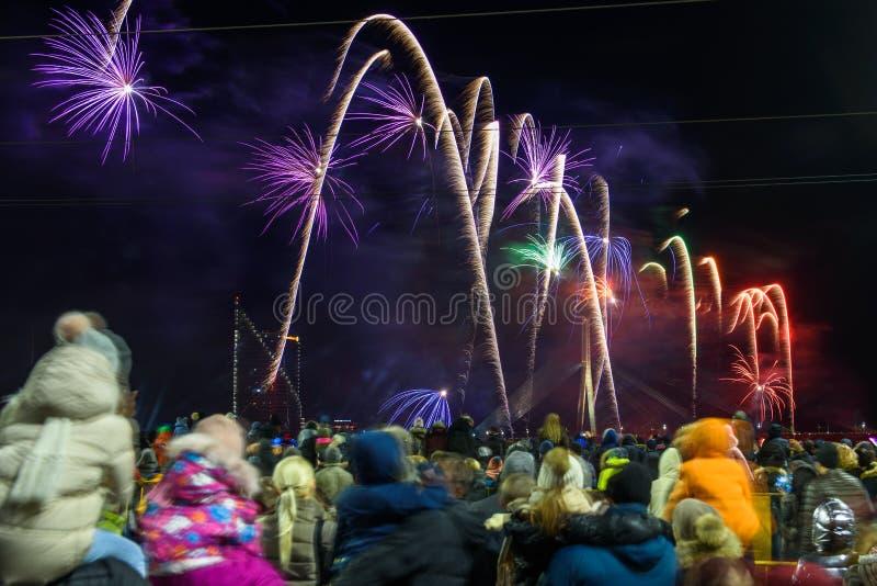 Menge mit Leute aufpassenden Feuerwerken, helle Leistung 'das Leben des Sun ' stockfoto